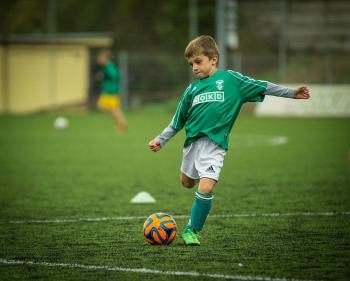 Ein Junge spielt Fußball